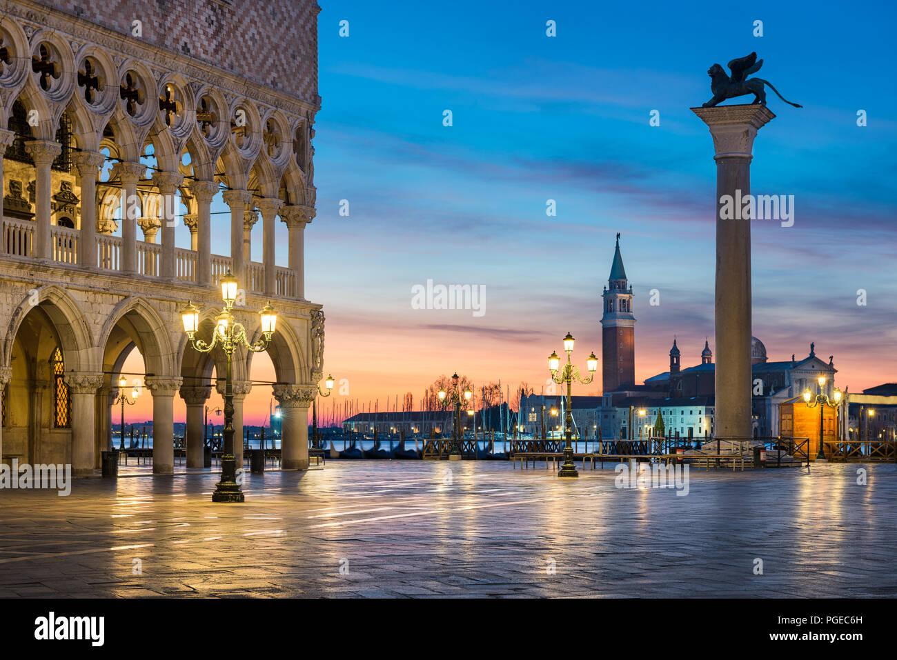 La famosa plaza de San Marcos en la noche en Venecia, Italia Imagen De Stock
