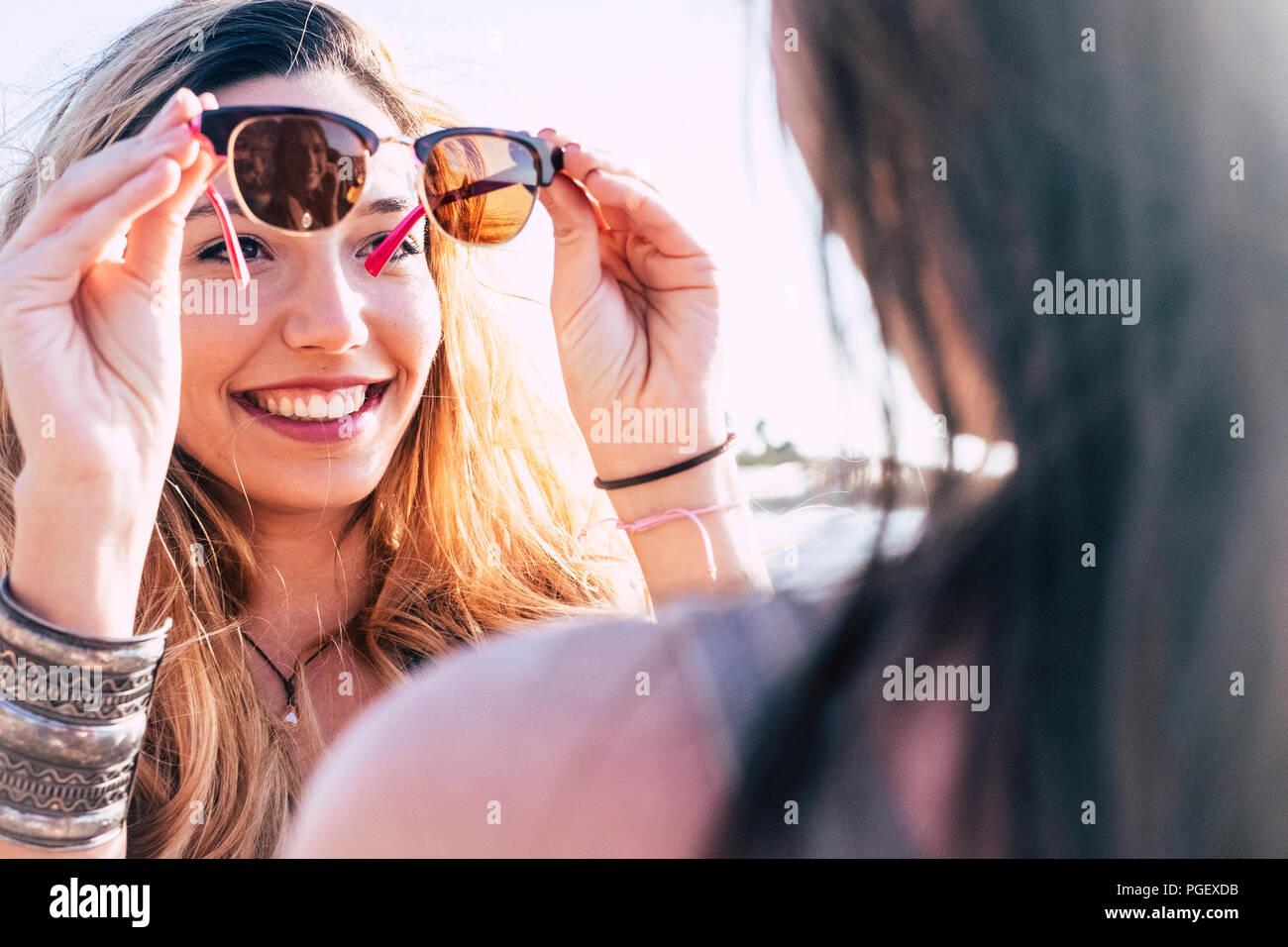 Hermosa muchacha caucásica utilice las gafas de espejo de las amigas. Verano y vacaciones y vacaciones para el atractivo concepto alegre pe Foto de stock
