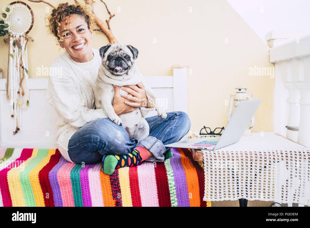 Felicidad total para la hermosa joven caucásico alegre abrazado con sus mejores amigos fat pug perro sonriendo demasiado. amistad en casa y disfruta lifest Imagen De Stock