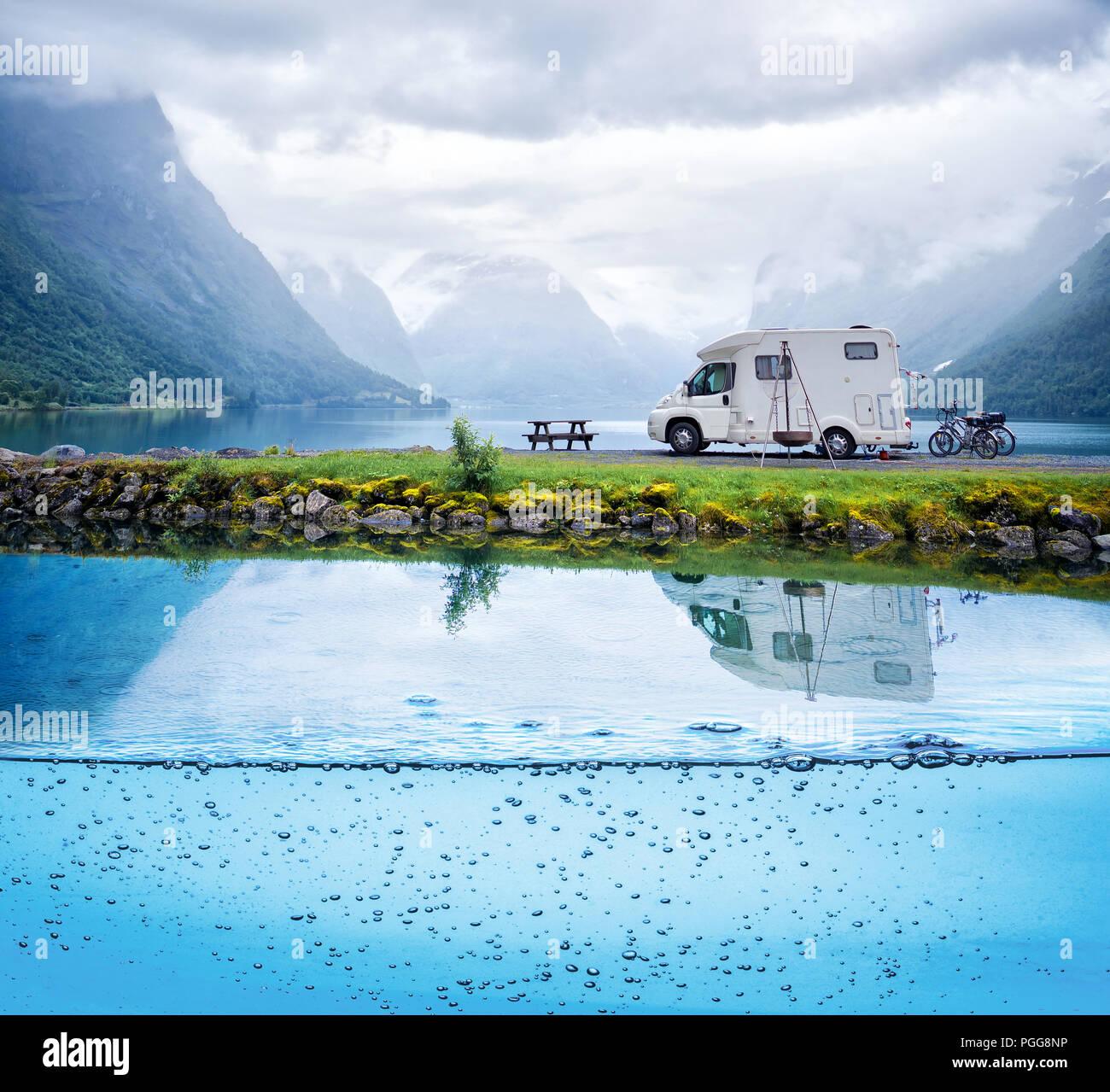 Family Vacation Travel RV, viaje de vacaciones en autocaravana, caravana alquiler de vacaciones. Hermosa naturaleza noruega paisaje natural. Imagen De Stock