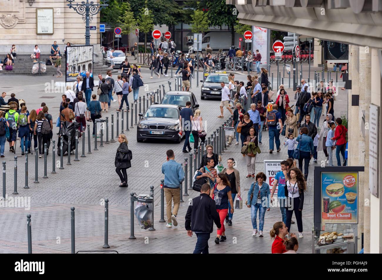 Lille, Francia - 15 de junio de 2018: los peatones caminando por la Rue des Manneliers street. Imagen De Stock