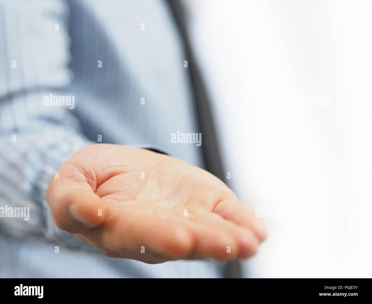 7074abec95f6 Concepto de hombre de negocios mano ver con fondo blanco aislado ...