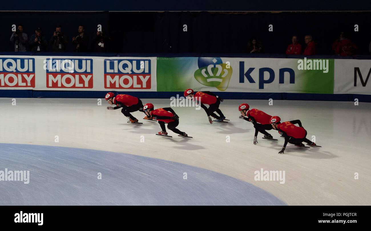 Los hombres chinos del equipo de patinaje de velocidad de pista corta practicando para el relé a la DAA cita mundialista en Montreal el 17 de marzo de 2018. Foto de stock