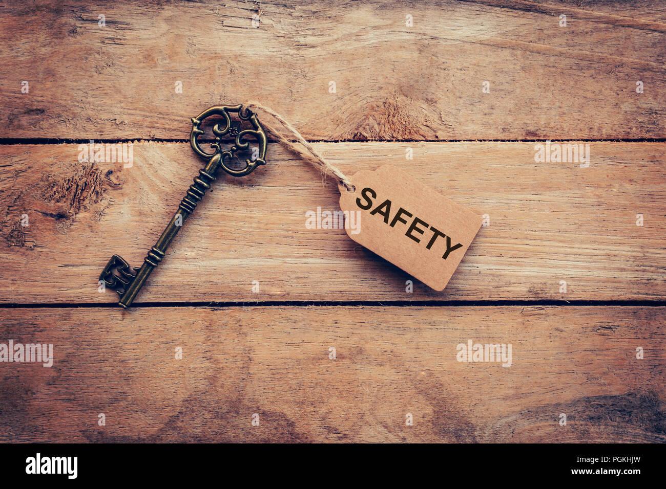 Llave antigua y etiqueta etiqueta de seguridad en madera por concepto de negocios. Imagen De Stock