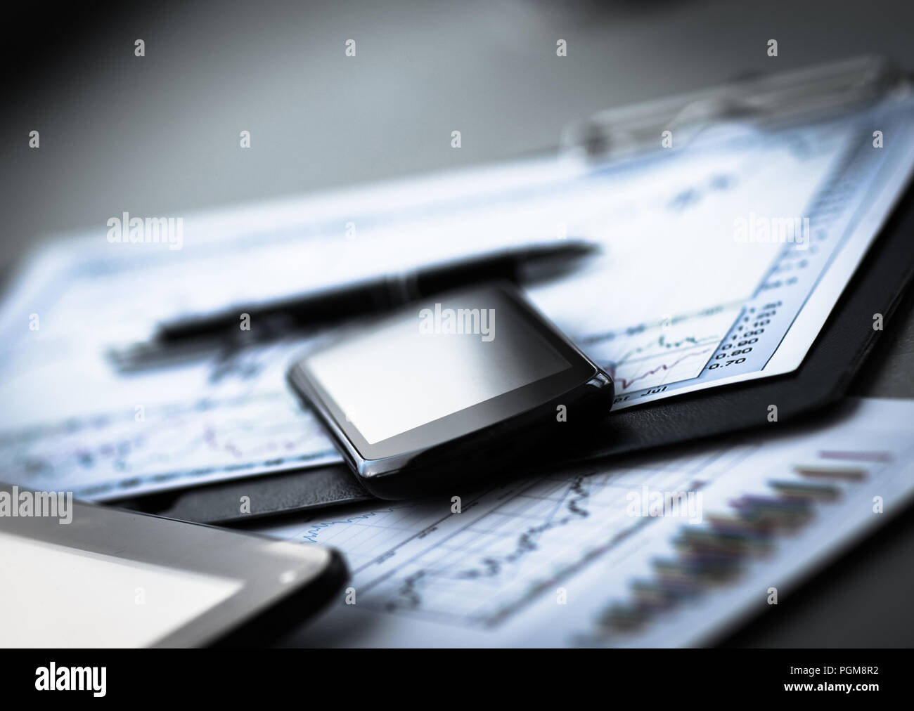 Gráfico de negocios con teléfonos inteligentes y pen Imagen De Stock