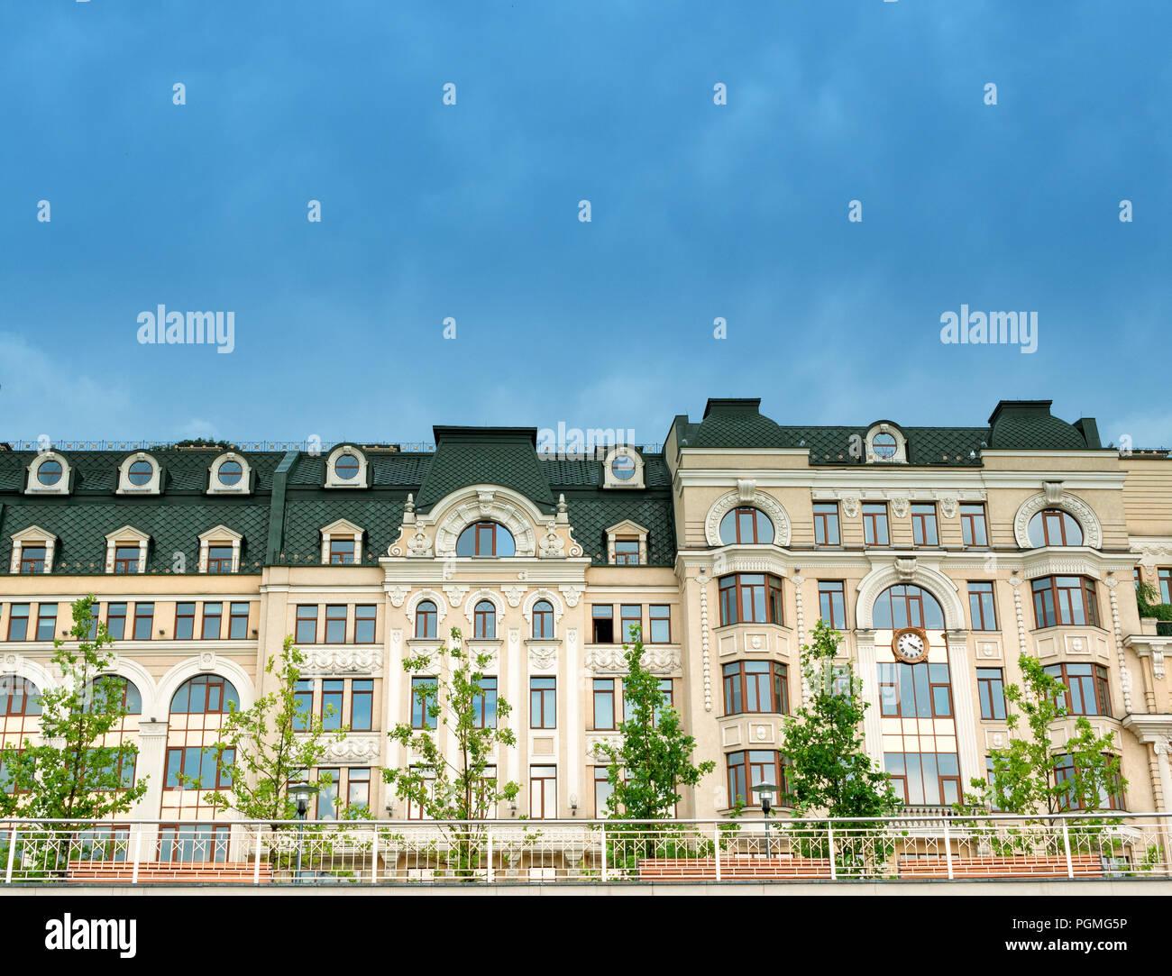 Delante De Los Edificios Modernos Adosado Con Terraza Con