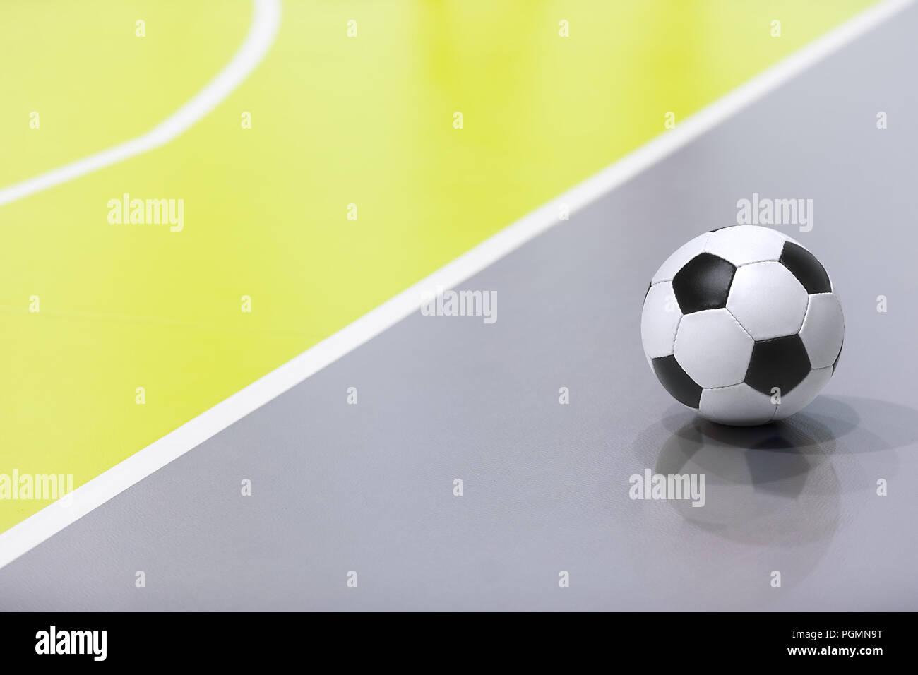 Antecedentes de futsal. Futsal fútbol balón. Partido de fútbol indoor en el  fondo. 4bb602a9929a5