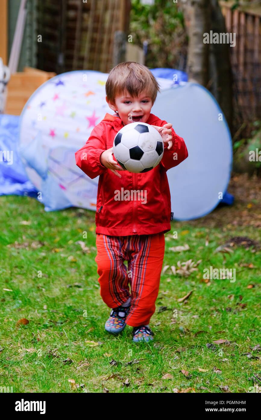 Chaqueta De Y Dos El Una Niño Feliz Edad Con 2 Rriawqt Roja Fútbol Años xT7HwFq