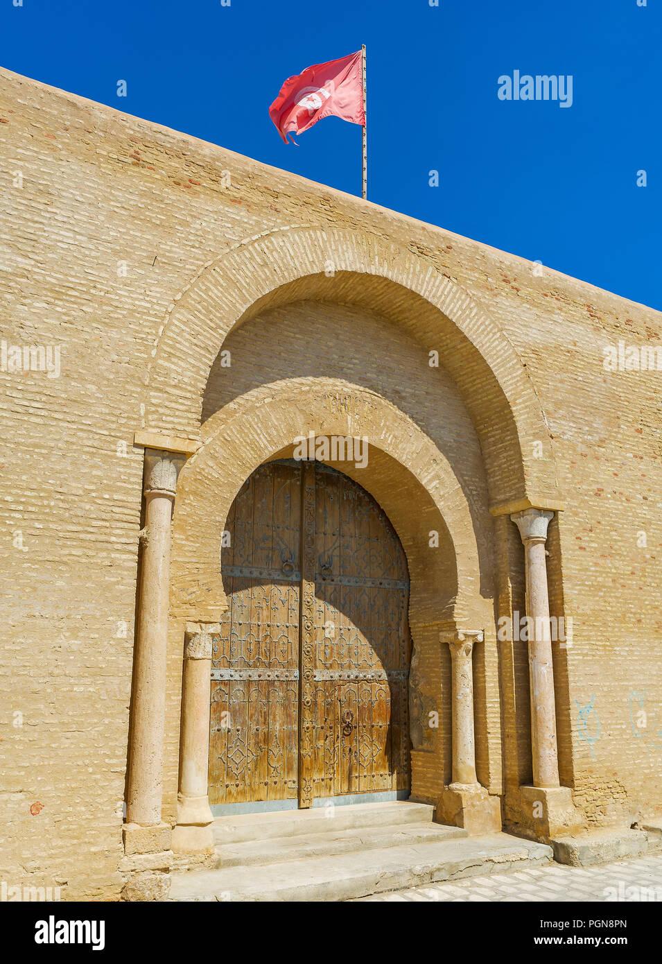 La doble puerta de herradura Záwiya de Sidi Amor Abbada - complejo histórico con el Mausoleo y Museo histórico medieval, Kairouan, Túnez. Foto de stock