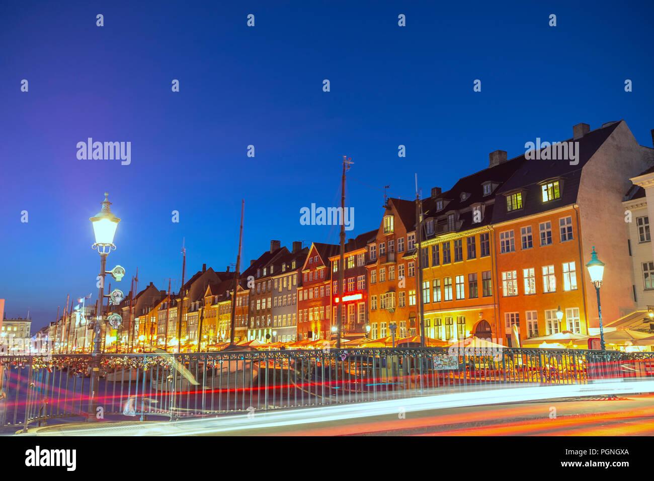 Noche en el horizonte de la ciudad de Copenhague puerto Nyhavn, Copenhague, Dinamarca Foto de stock