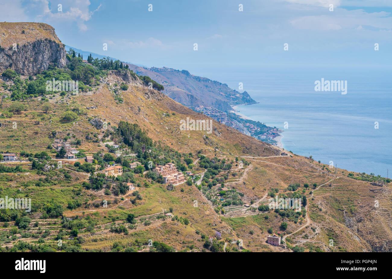 Vista panorámica de Castelmola, un antiguo pueblo medieval situado encima de Taormina, en la cima de la montaña Mola. Sicilia, Italia. Foto de stock