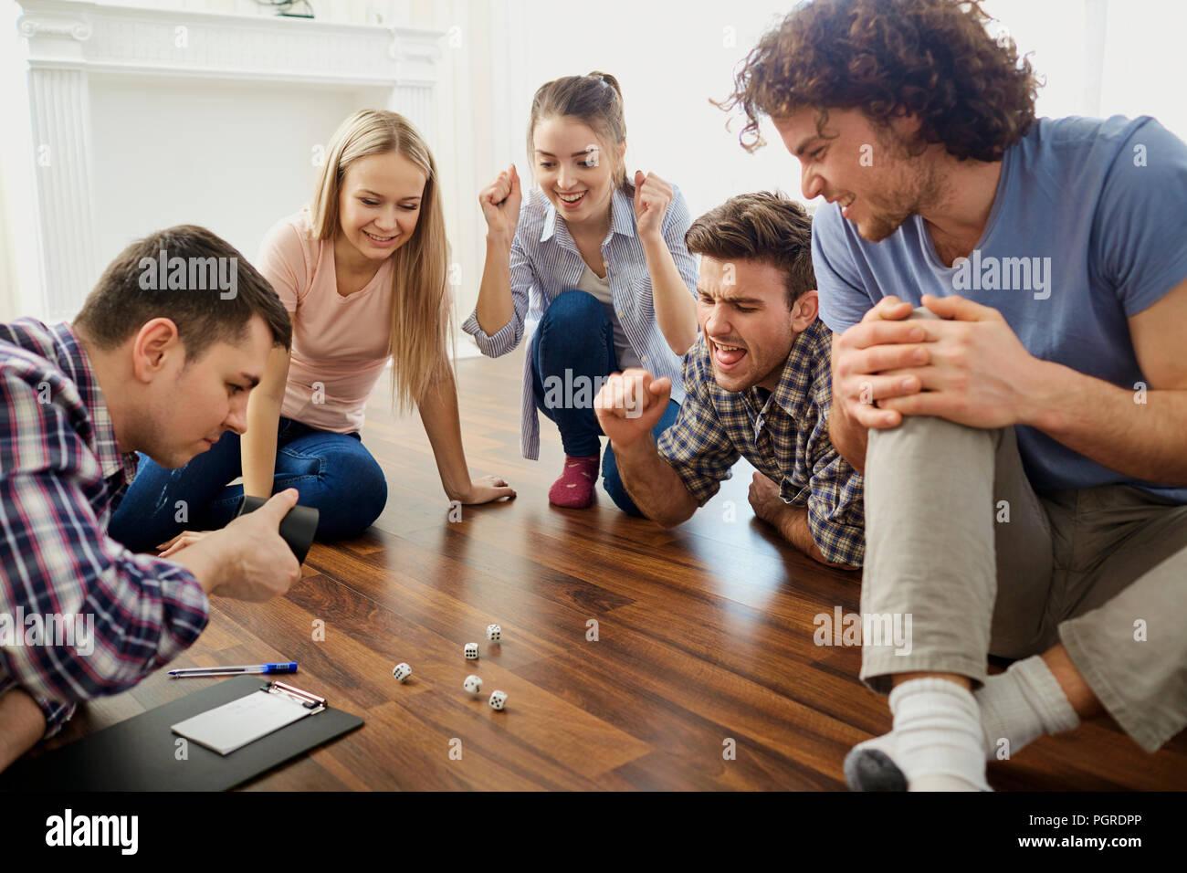 Un Grupo De Amigos Jugar A Juegos De Mesa En El Piso En El Interior