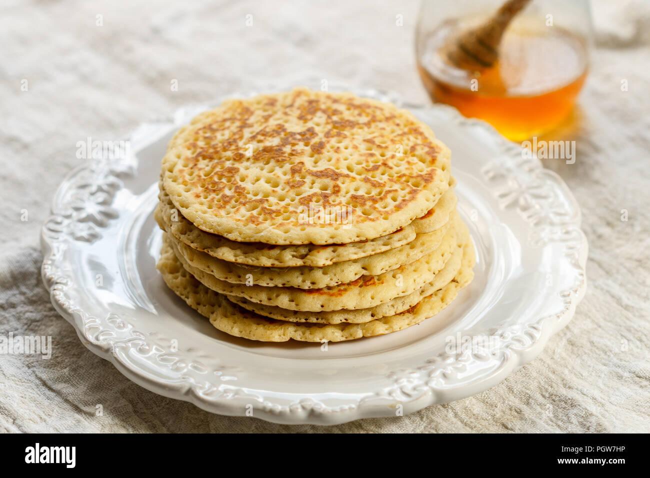 Dulces deliciosos panqueques americanos con miel en una placa blanca. Desayuno gourmet. Enfoque selectivo Foto de stock