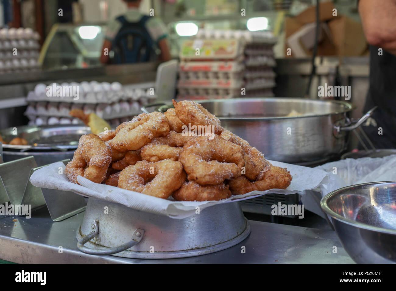 Recién fritos Sfenj un donut magrebí: una luz, anillo esponjoso de masa fritos en aceite. Sfenj es comido plain, espolvoreadas con azúcar, o empapado en miel. Imagen De Stock