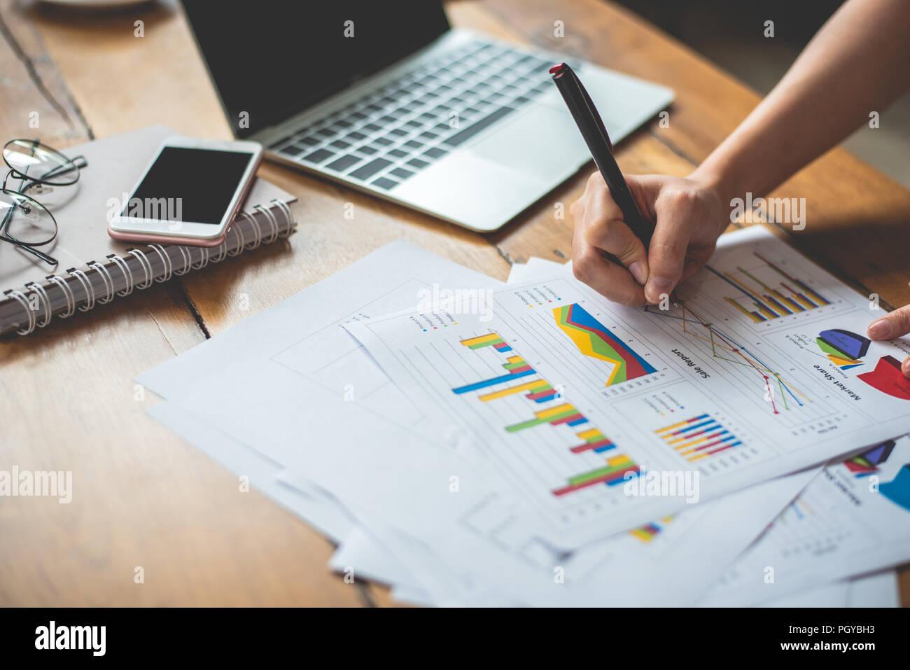 Cerca de la empresaria de escritura a mano los datos del informe de resumen. Concepto de propiedad empresarial y de marketing. Las personas y los estilos de vida concepto. Empleado de negocios Imagen De Stock