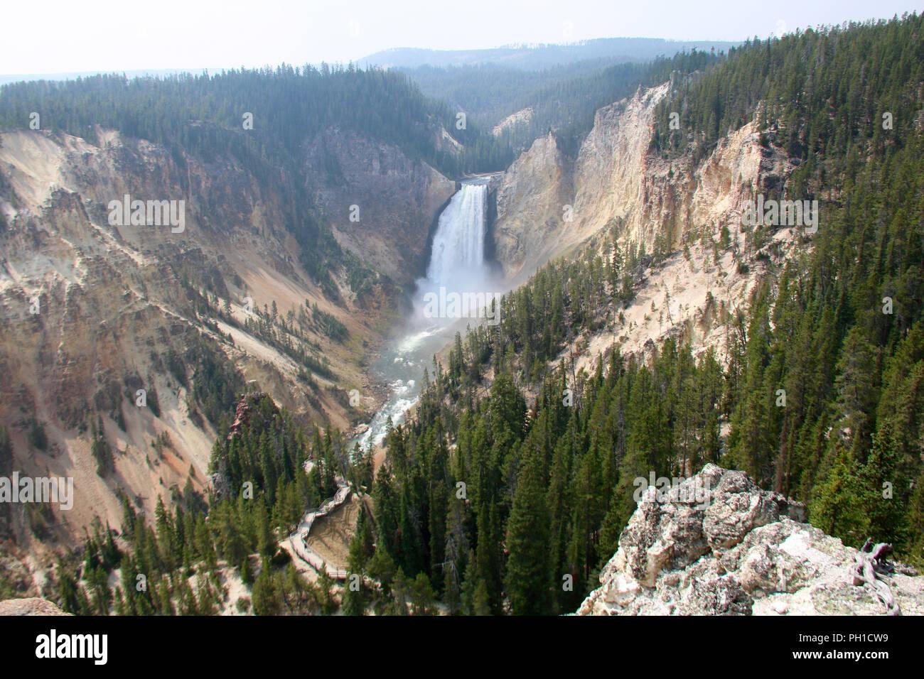 La parte superior de las cataratas del río Yellowstone en el Gran Cañón del Yellowstone, el Parque Nacional Yellowstone, Wyoming. Imagen De Stock