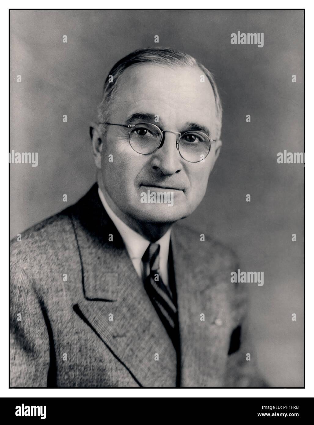 Vintage retrato oficial de demócrata Harry S. Truman, el 33º Presidente de los Estados Unidos, asumió el poder tras la muerte de Franklin D. Roosevelt. Un veterano de la I Guerra Mundial, asumió la presidencia durante los últimos meses de la Segunda Guerra Mundial y el comienzo de la guerra fría. Imagen De Stock