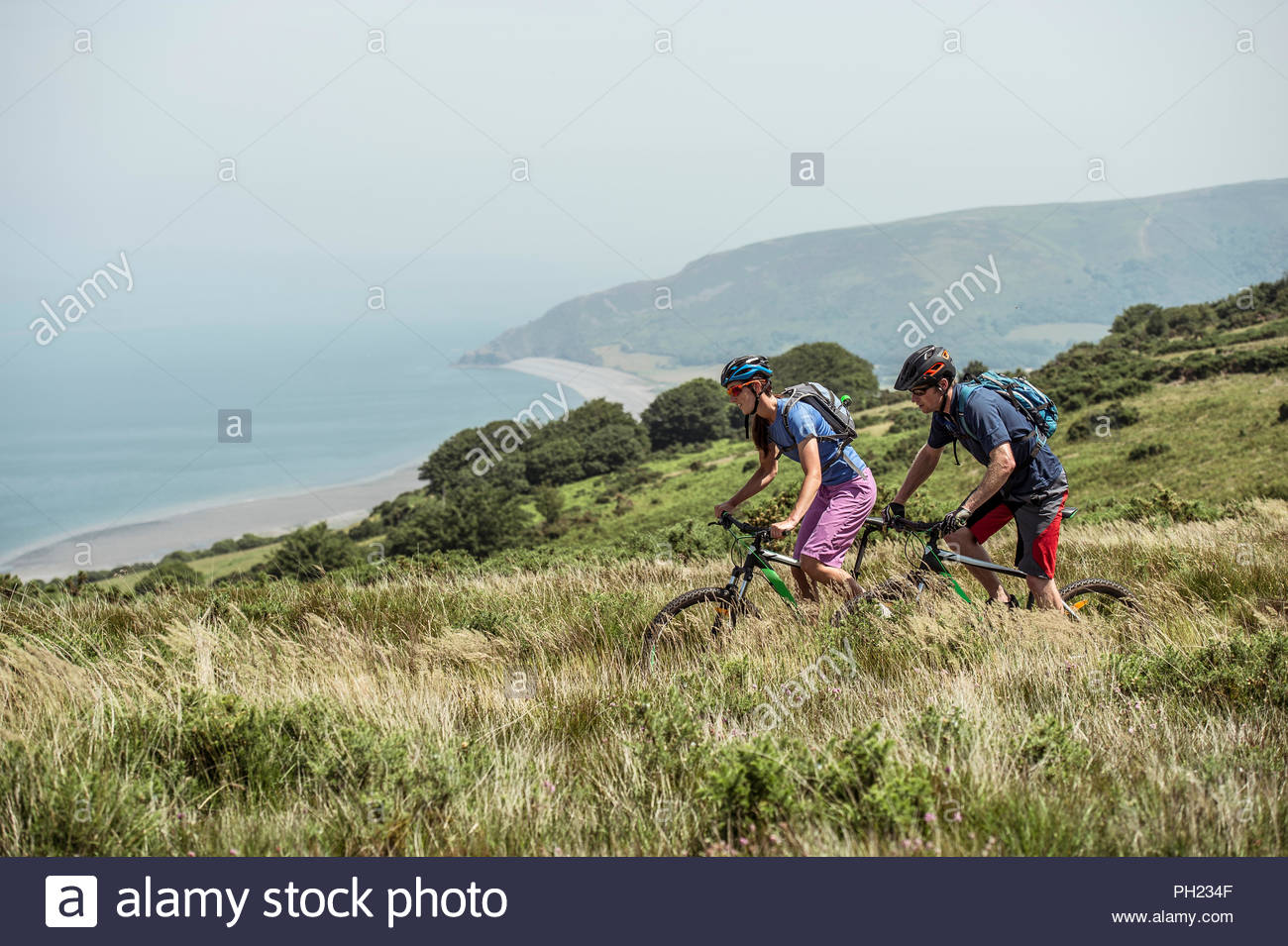 Par el ciclismo de montaña en la colina de Porlock Weir, Inglaterra Imagen De Stock