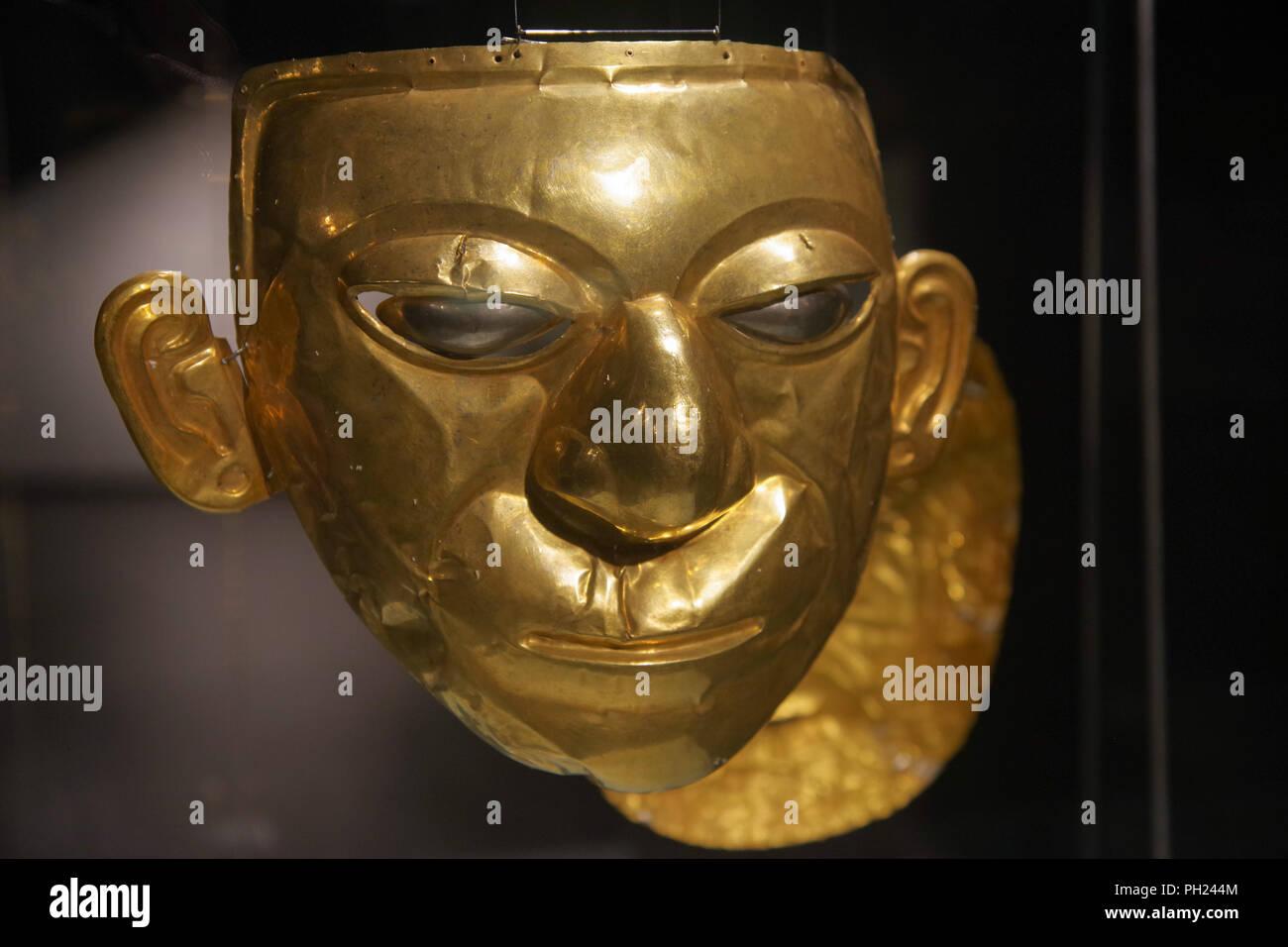 QUITO, ECUADOR - Agosto 24, 2018: Cierre de oro hermoso rostro Inca dentro de el Ágora museo ubicado en la Casa de la Cultura en Quito, Ecuador. Imagen De Stock