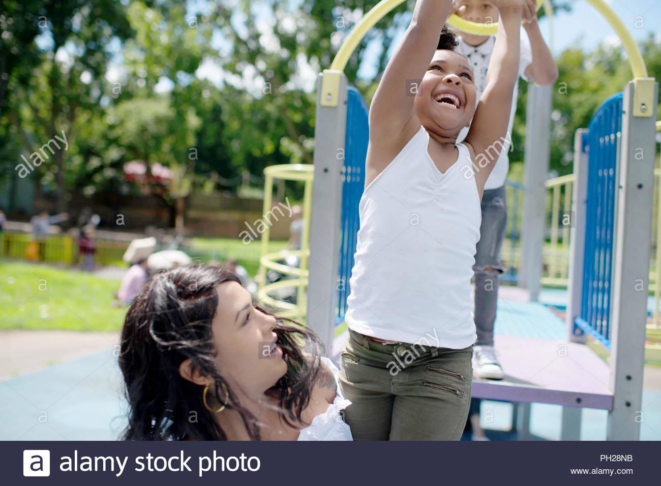 Madre e hija jugando en el patio de recreo Imagen De Stock