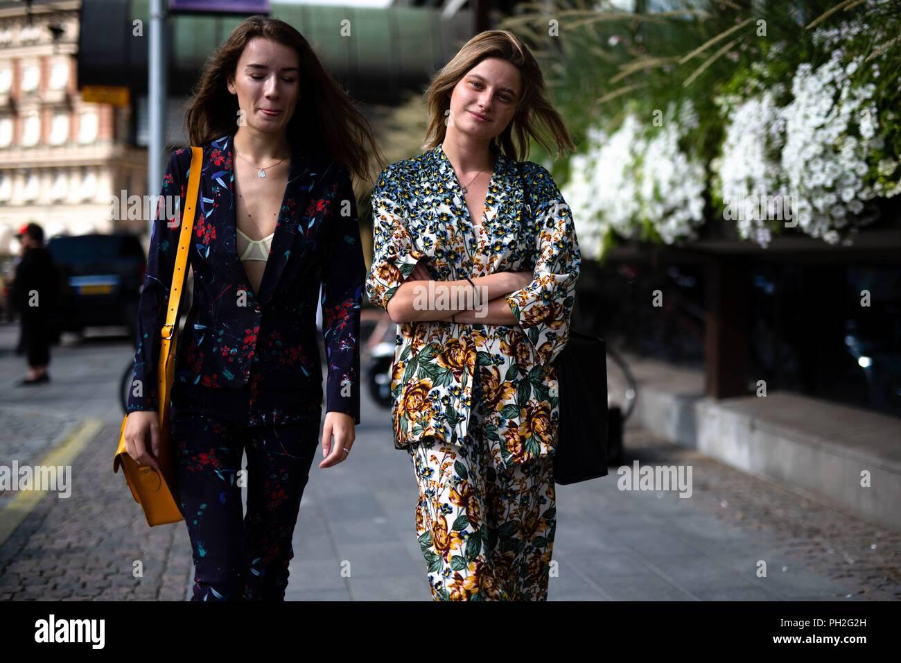 Chic showgoers caminando por la calle durante la Semana de la moda de  Estocolmo - Aug f8565e1de6