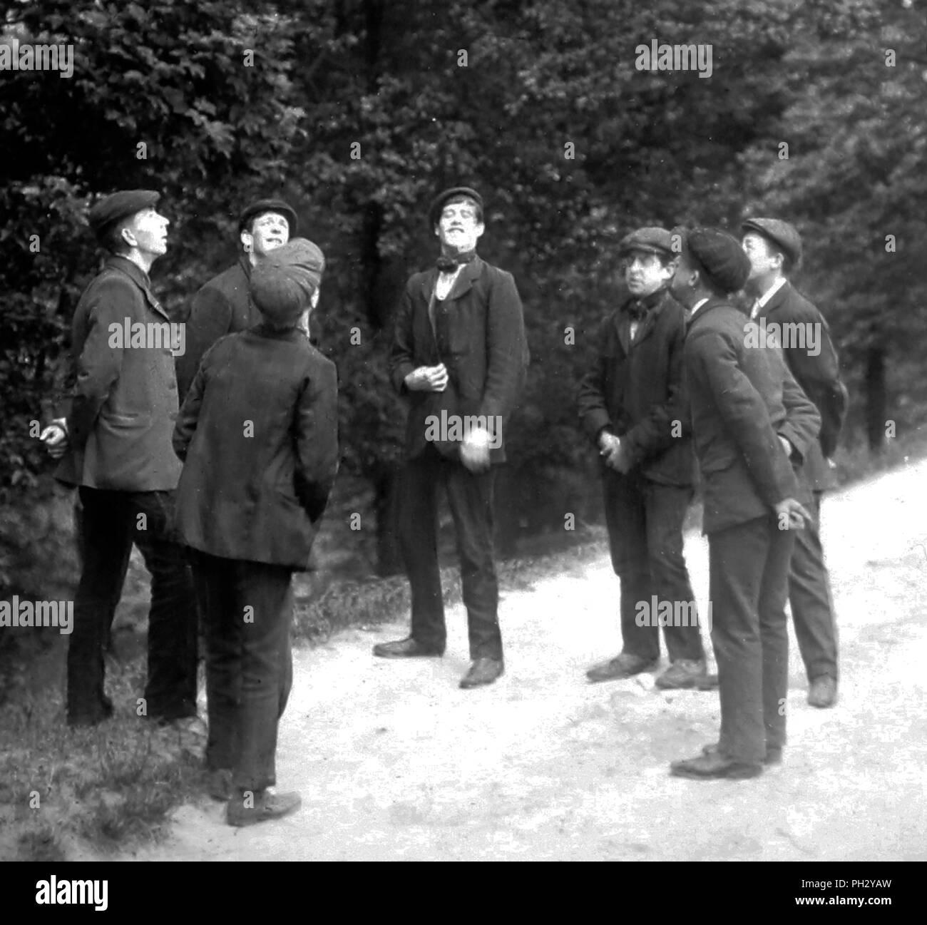 Hombres jugando toss y tono, época victoriana Foto de stock