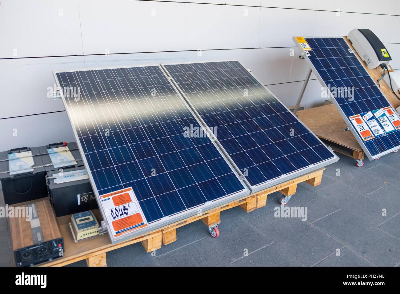 Los paneles solares a la venta en una tienda de bricolaje, Almería, España Imagen De Stock