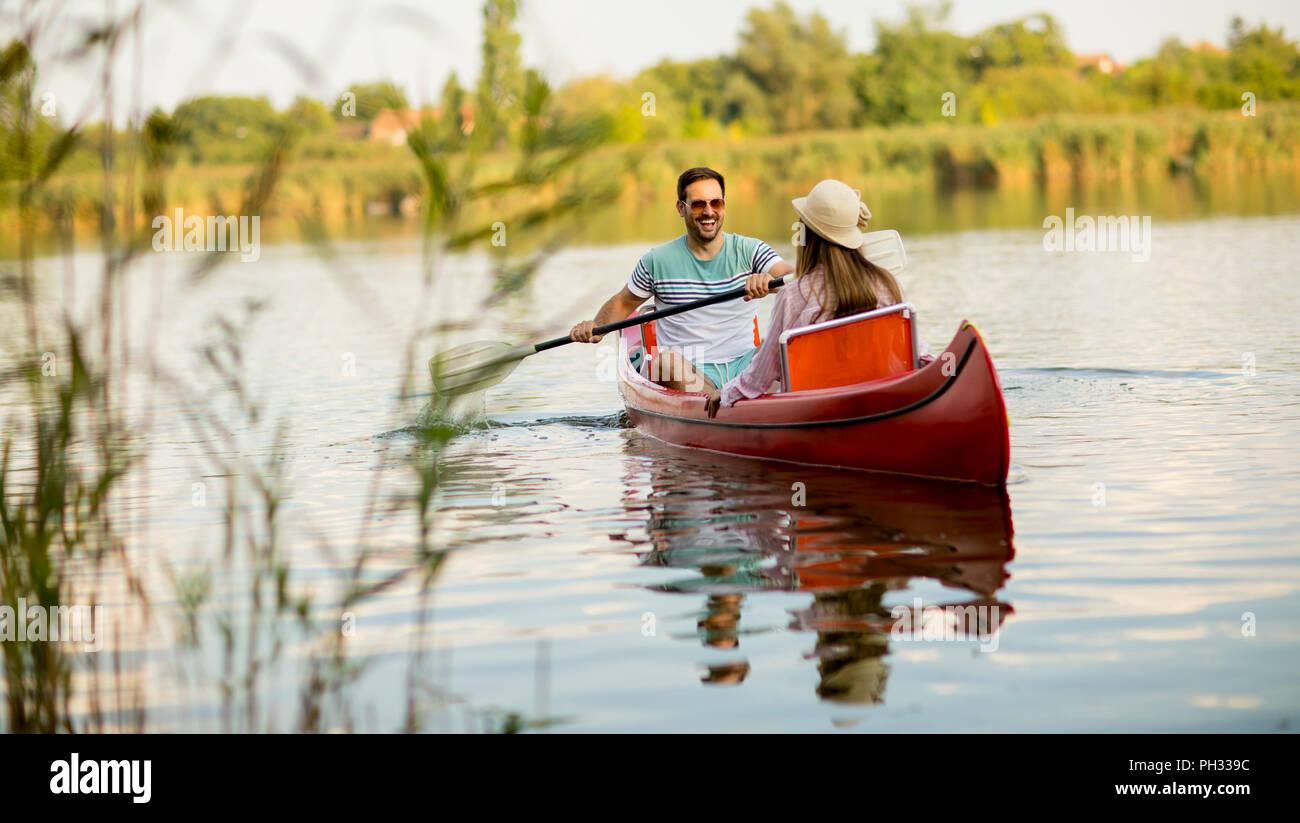 Pareja amorosa remo en el lago, en el día de verano Imagen De Stock