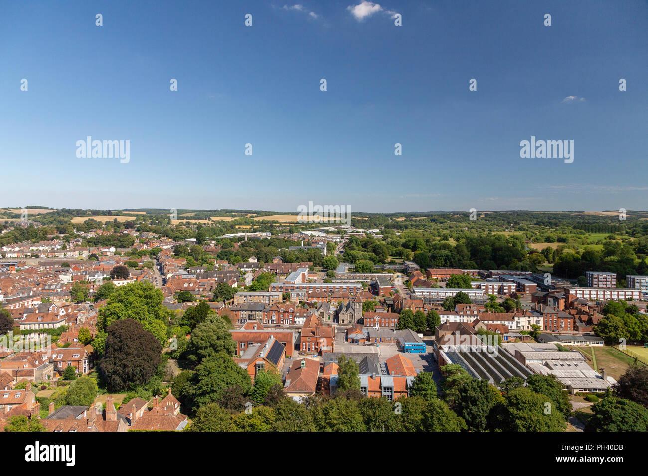 La medieval ciudad de la catedral de Salisbury, en Wiltshire, Inglaterra, visto desde arriba durante un bello día claro en verano. Foto de stock