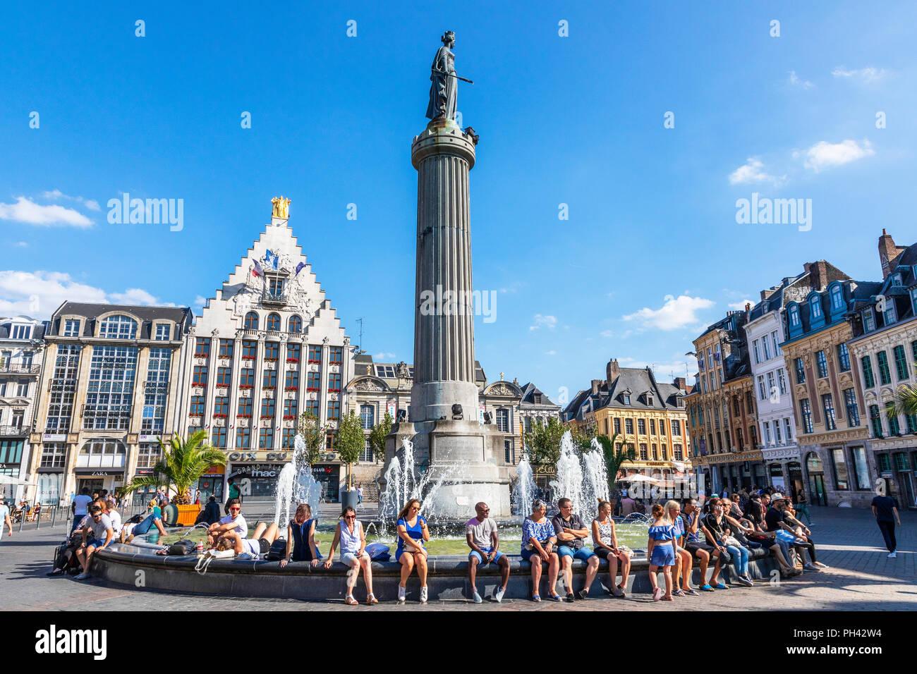 Place du Général de Gaulle con la columna de los godess, Lille, Francia. La columna, conocida como La Colonne de la Deese es un monumento a los héroes locales Imagen De Stock