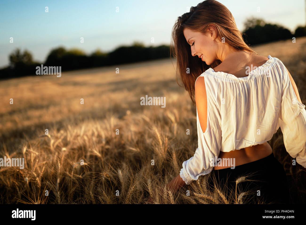 Joven Mujer hermosa pasar tiempo en la naturaleza Imagen De Stock