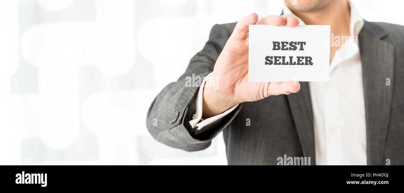 Exitoso comerciante mostrando un best seller business card promover sus servicios. Foto de stock
