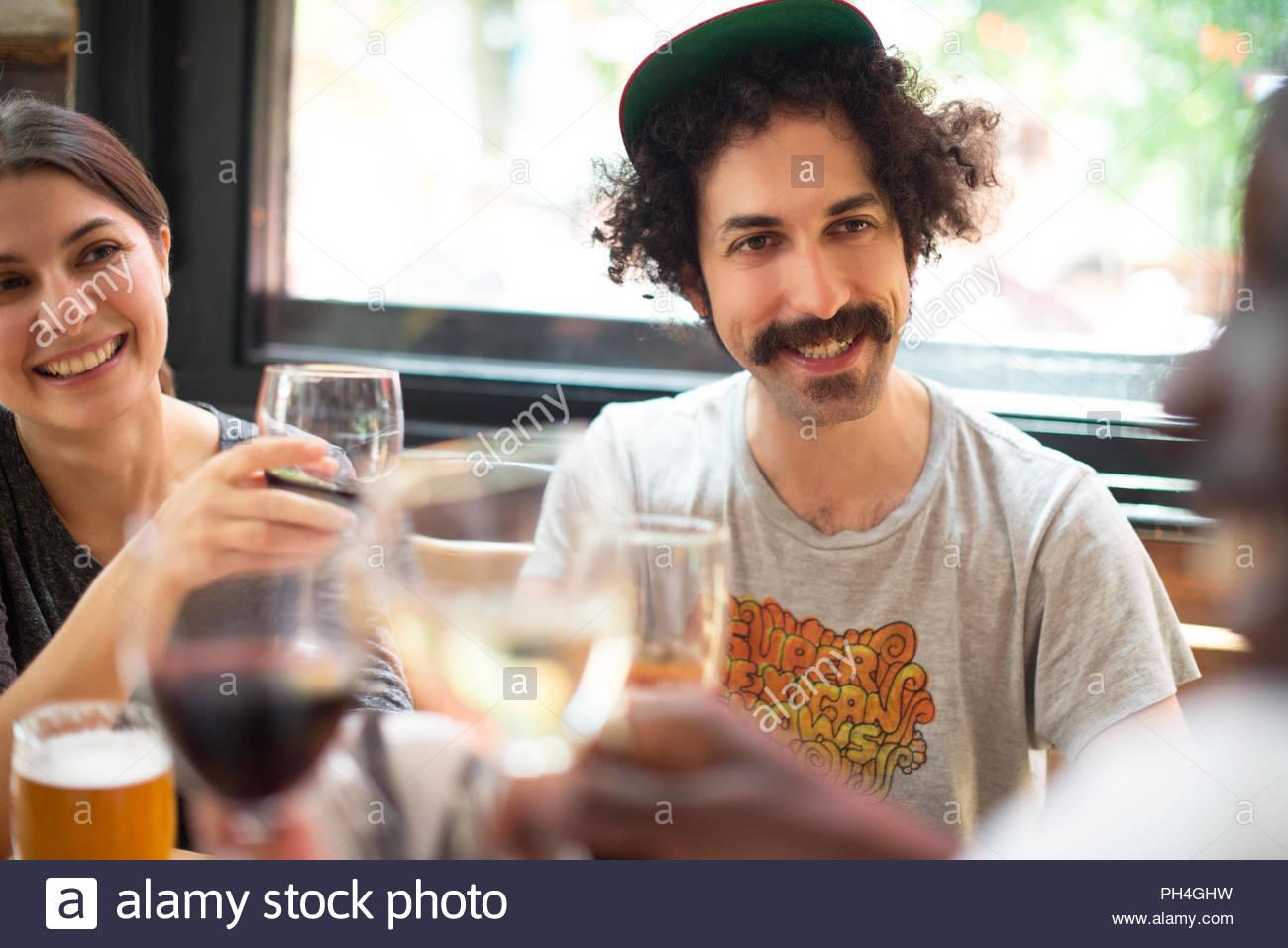 Pareja con amigos en el bar Imagen De Stock