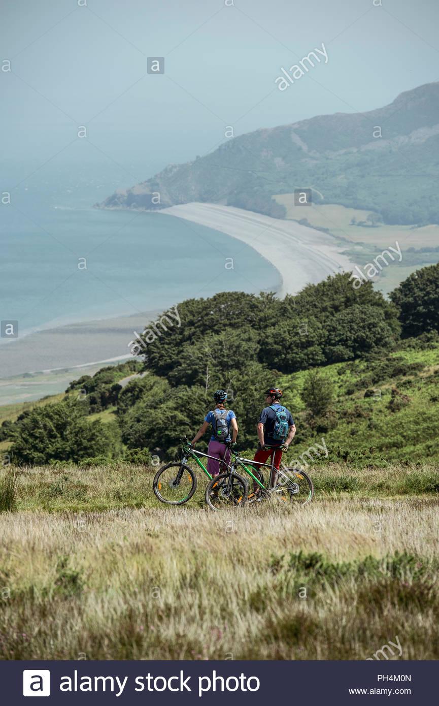 Par de ciclistas de montaña en la cima de la colina Imagen De Stock
