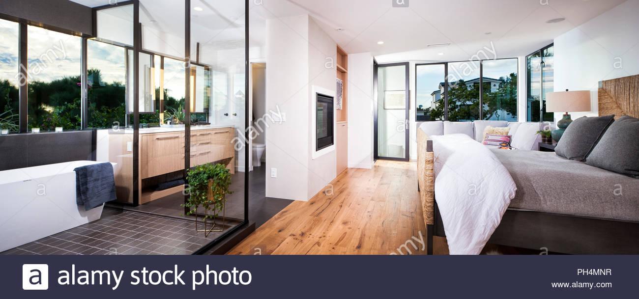 Moderno dormitorio y cuarto de baño. Imagen De Stock