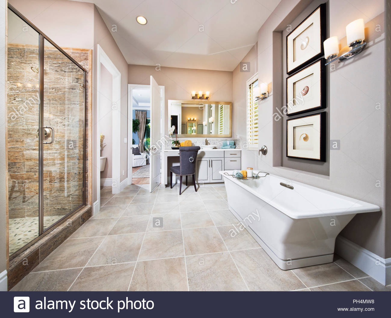 Cuarto de baño blanco y gris. Imagen De Stock