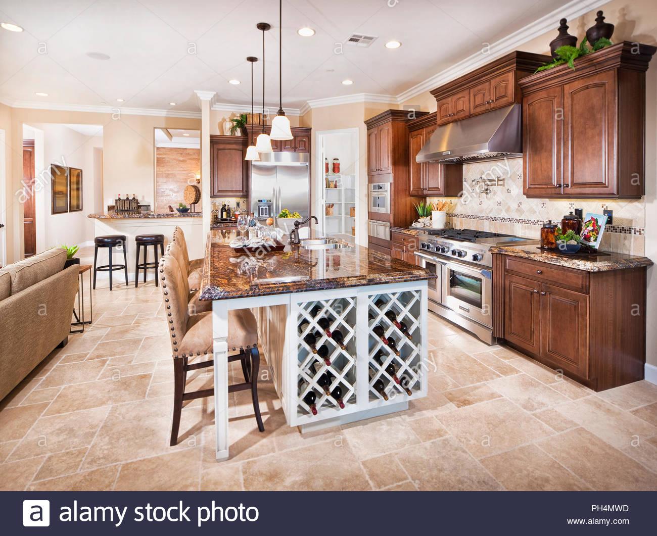 Cocina con taburetes marrón Imagen De Stock