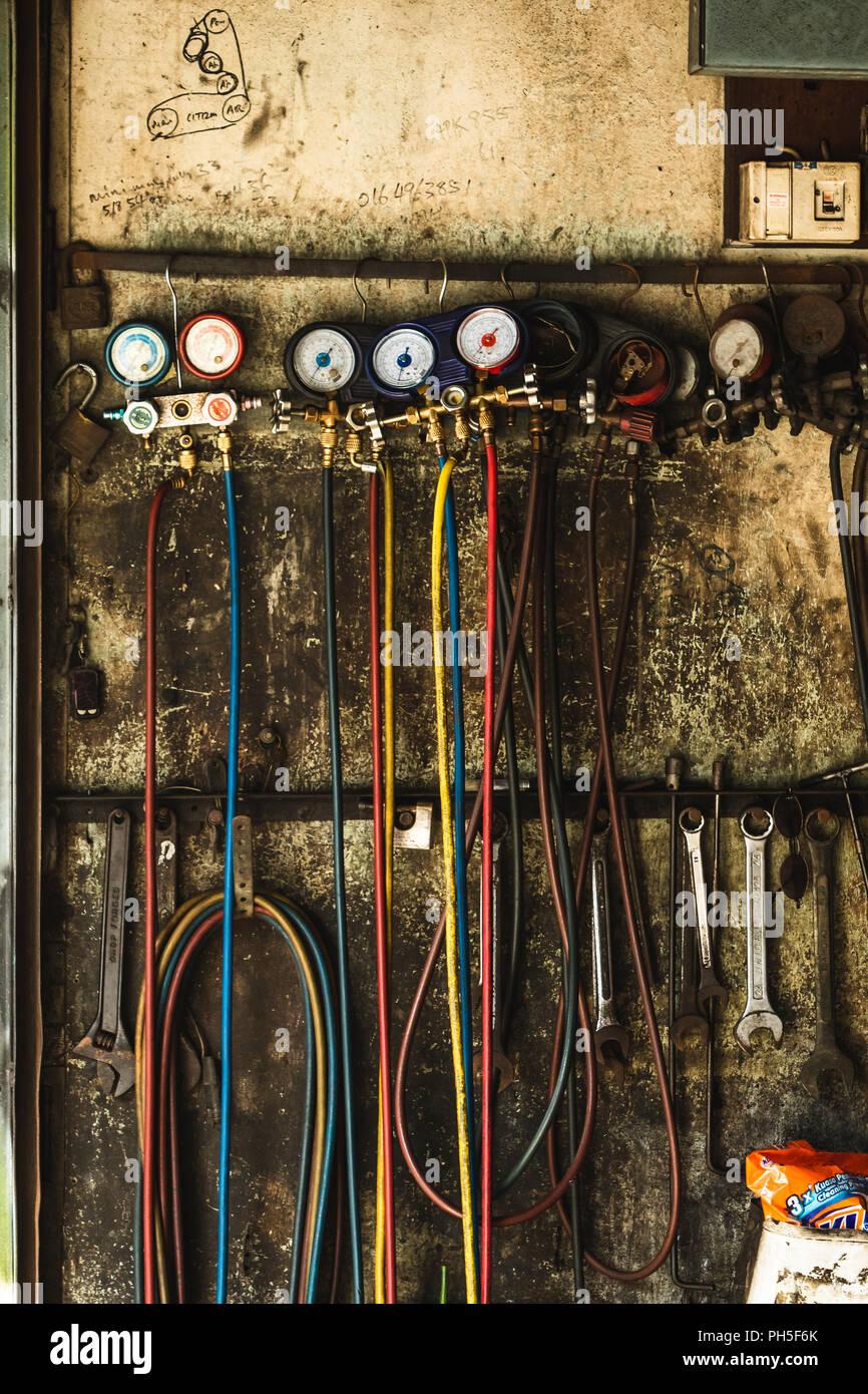 Herramientas mecánicas de colgar en pared en Georgetown Penang, Malasia Foto de stock