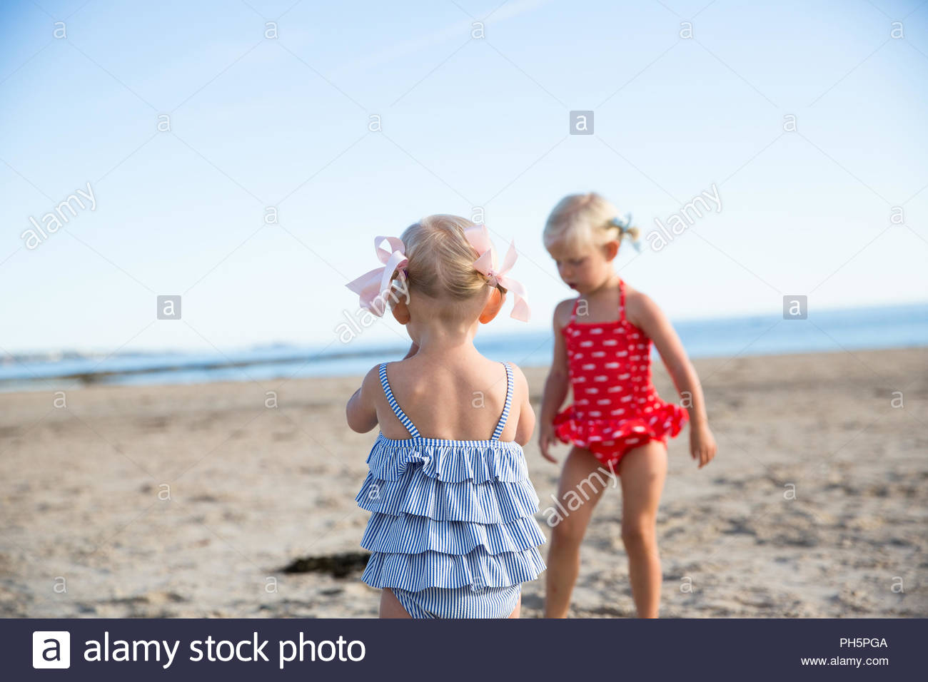 Hermanas en trajes de baño en la playa Imagen De Stock