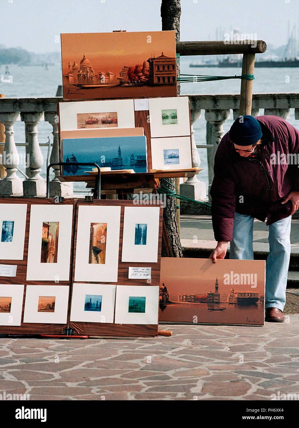 AJAXNETPHOTO. Venecia, Italia - Impresiones de recuerdos y pinturas en venta cerca de la orilla. Foto:Jonathan EASTLAND/AJAX Ref:51011_3831A4288 Foto de stock