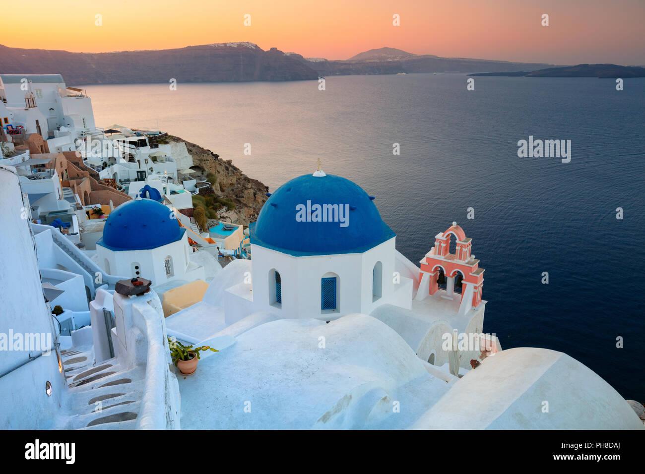 Oia, Santorini. Imagen del famoso pueblo de Oia, situado en una de las Cyclades isla de Santorini, en el sur del Mar Egeo, en Grecia. Foto de stock