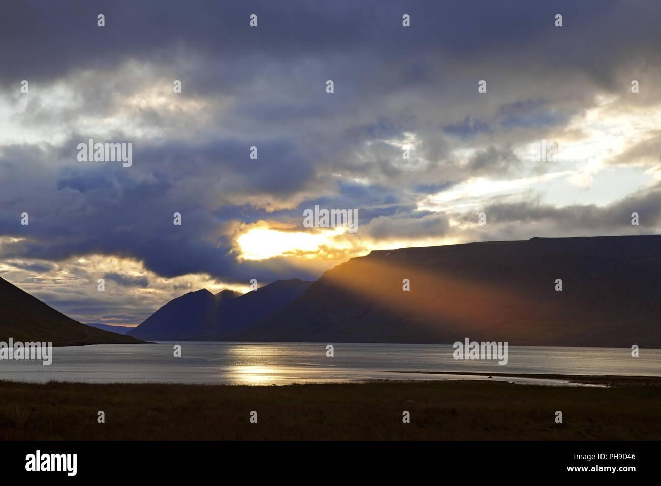 Sunbeam sobre Arnarfjoerdur, Westfjorde, Islandia Foto de stock