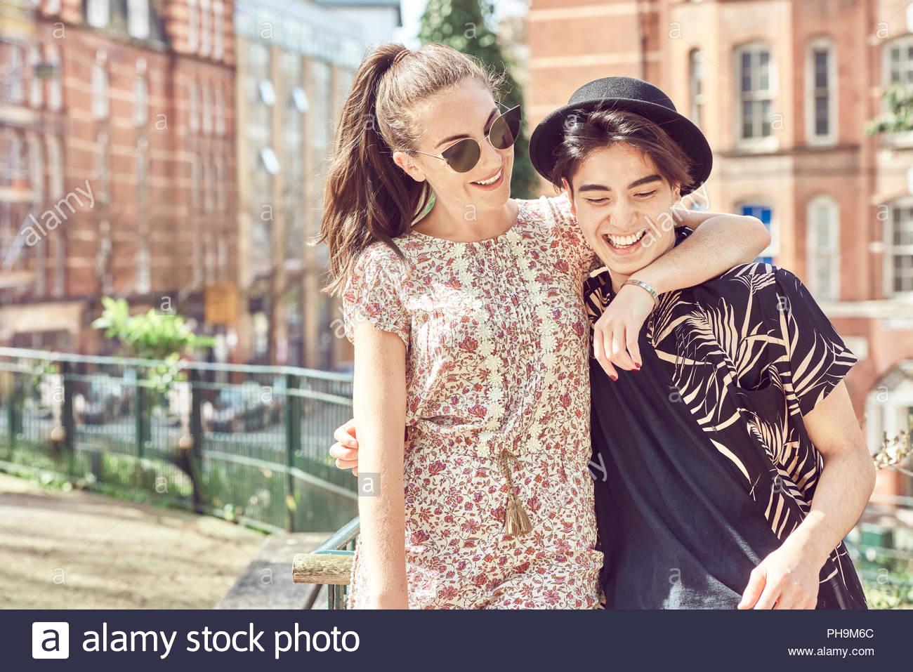 La pareja de adolescentes en park Imagen De Stock