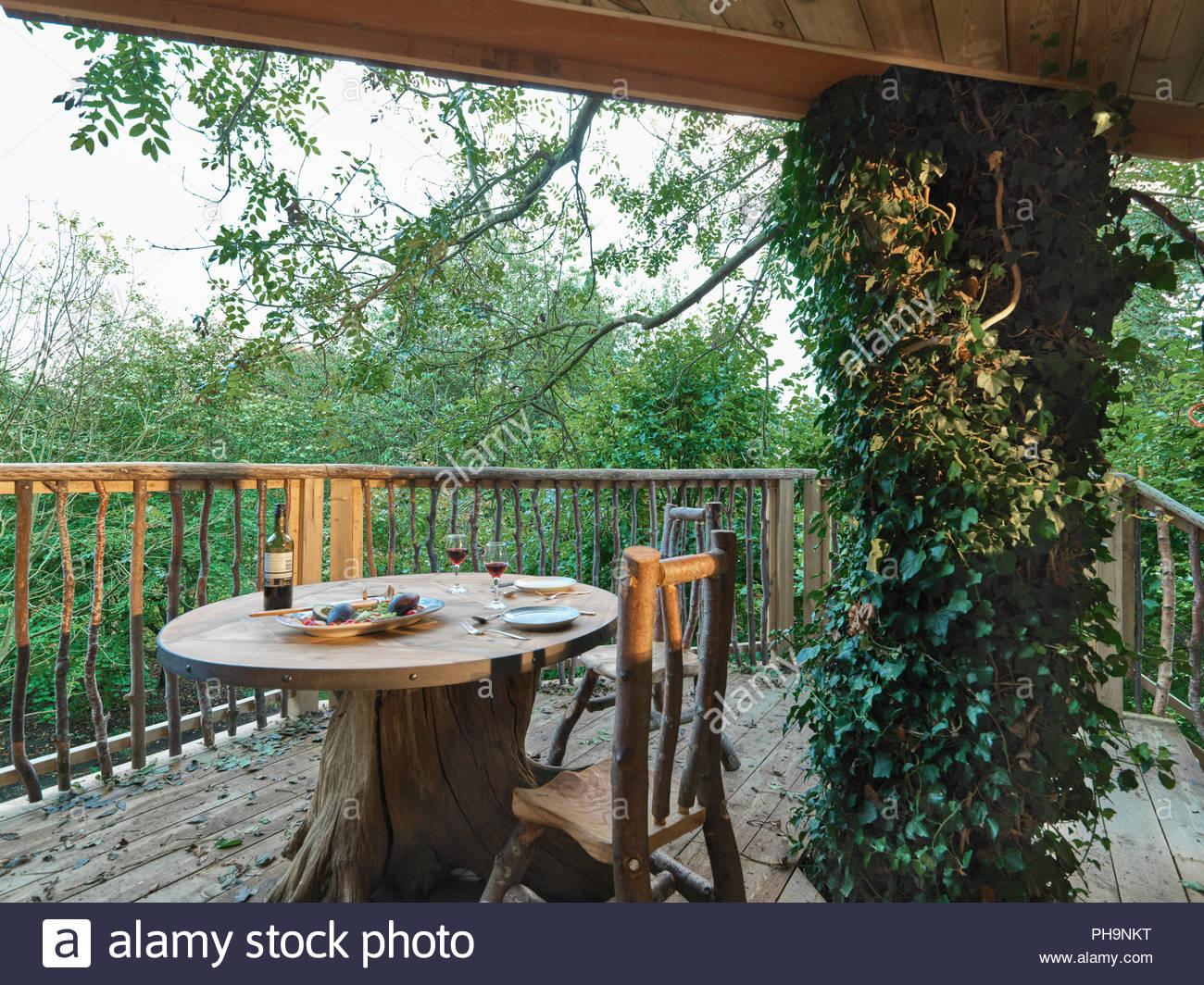 Mesa Y Sillas En Terraza Cabaña Foto Imagen De Stock