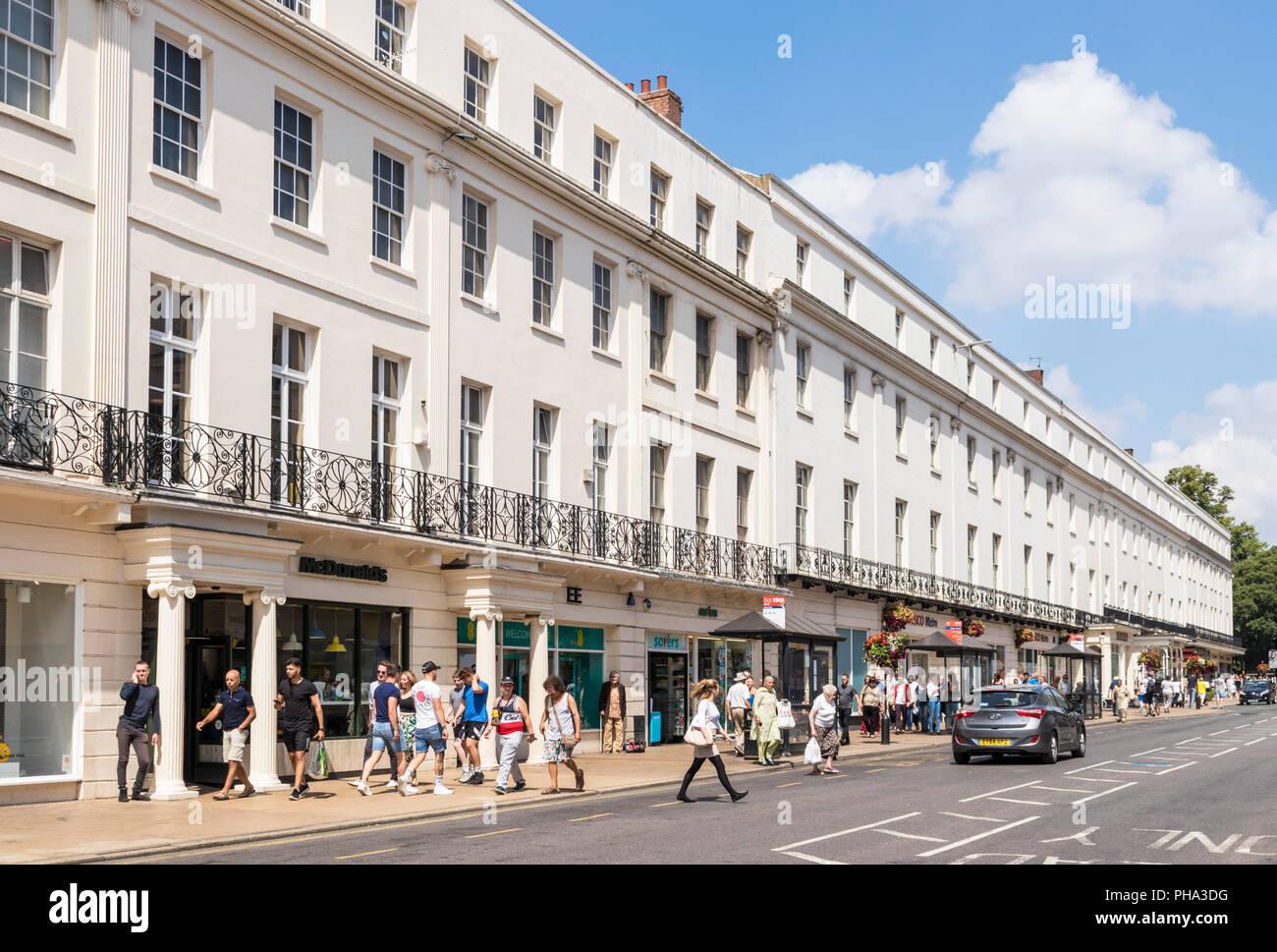 En Leamington Spa Royal Leamington Spa del centro de la ciudad tiendas y gente de compras en el desfile Leamington Spa, Warwickshire Inglaterra gb regency período Imagen De Stock