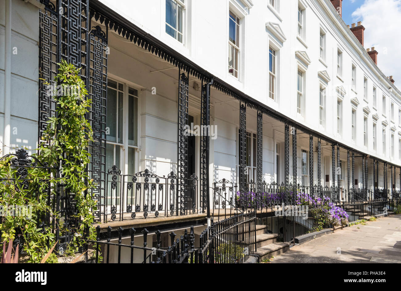 Casas en Leamington Spa Royal Leamington Spa ciudad arquitectura Regency rejas y balcones en Leamington Spa, Warwickshire Inglaterra GB Europa Imagen De Stock