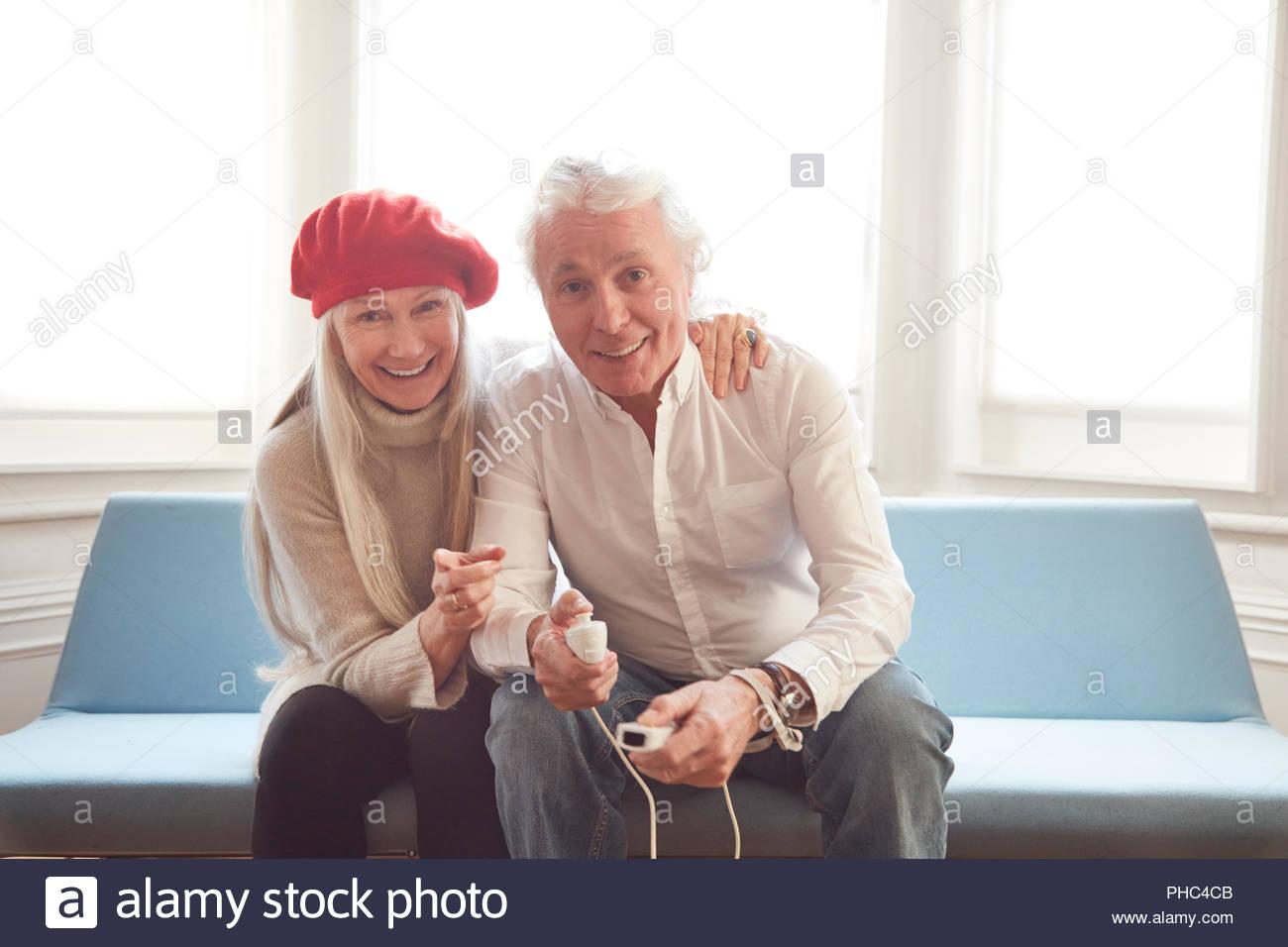 Las parejas ancianas jugando juegos de video Imagen De Stock