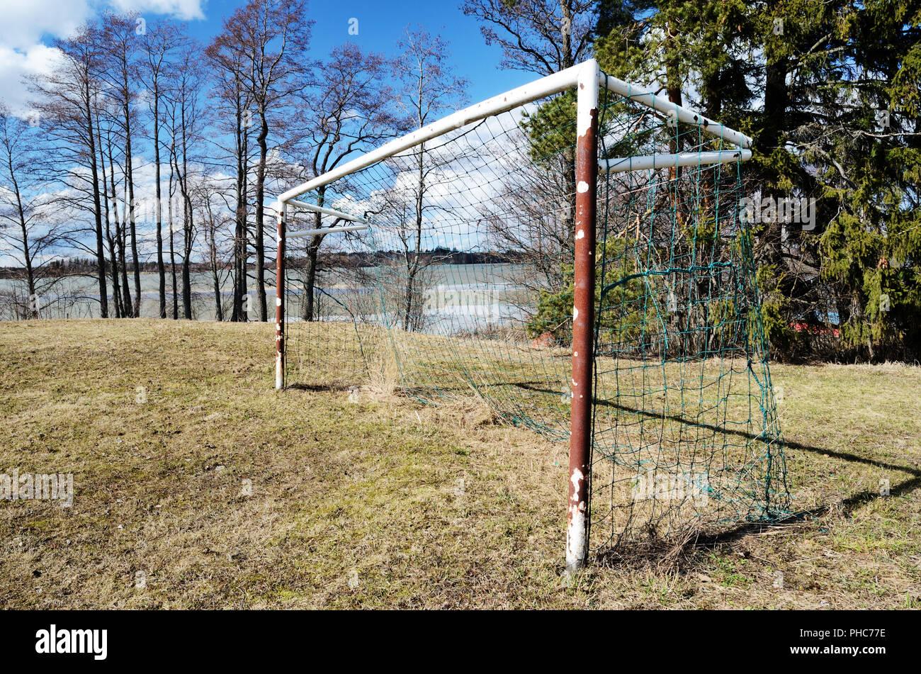 Viejo objetivo de fútbol en el campo de deportes de aldea Imagen De Stock