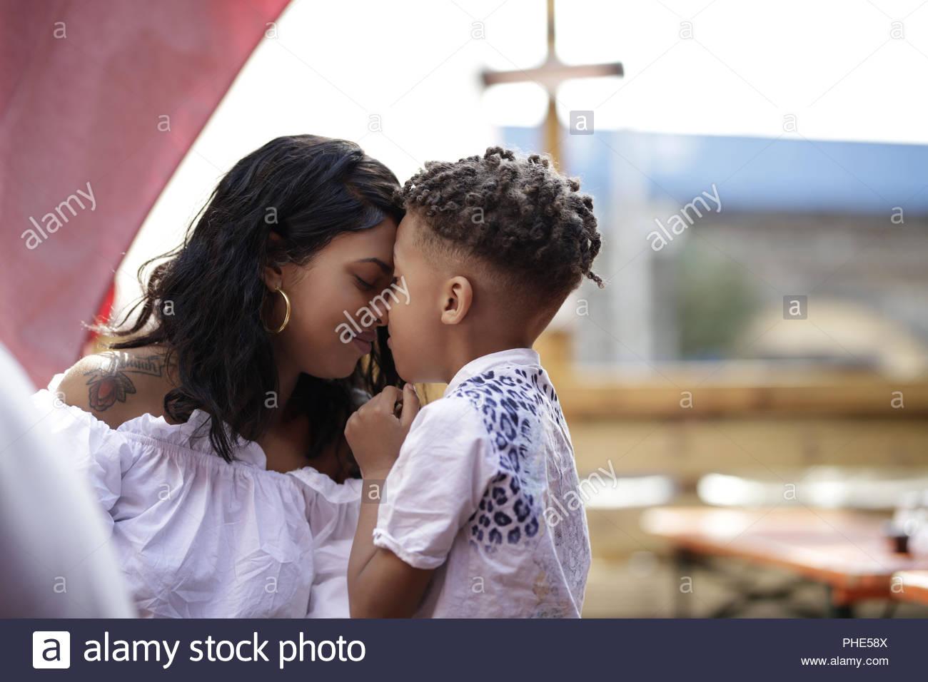 Madre e hijo pasar tiempo juntos Imagen De Stock