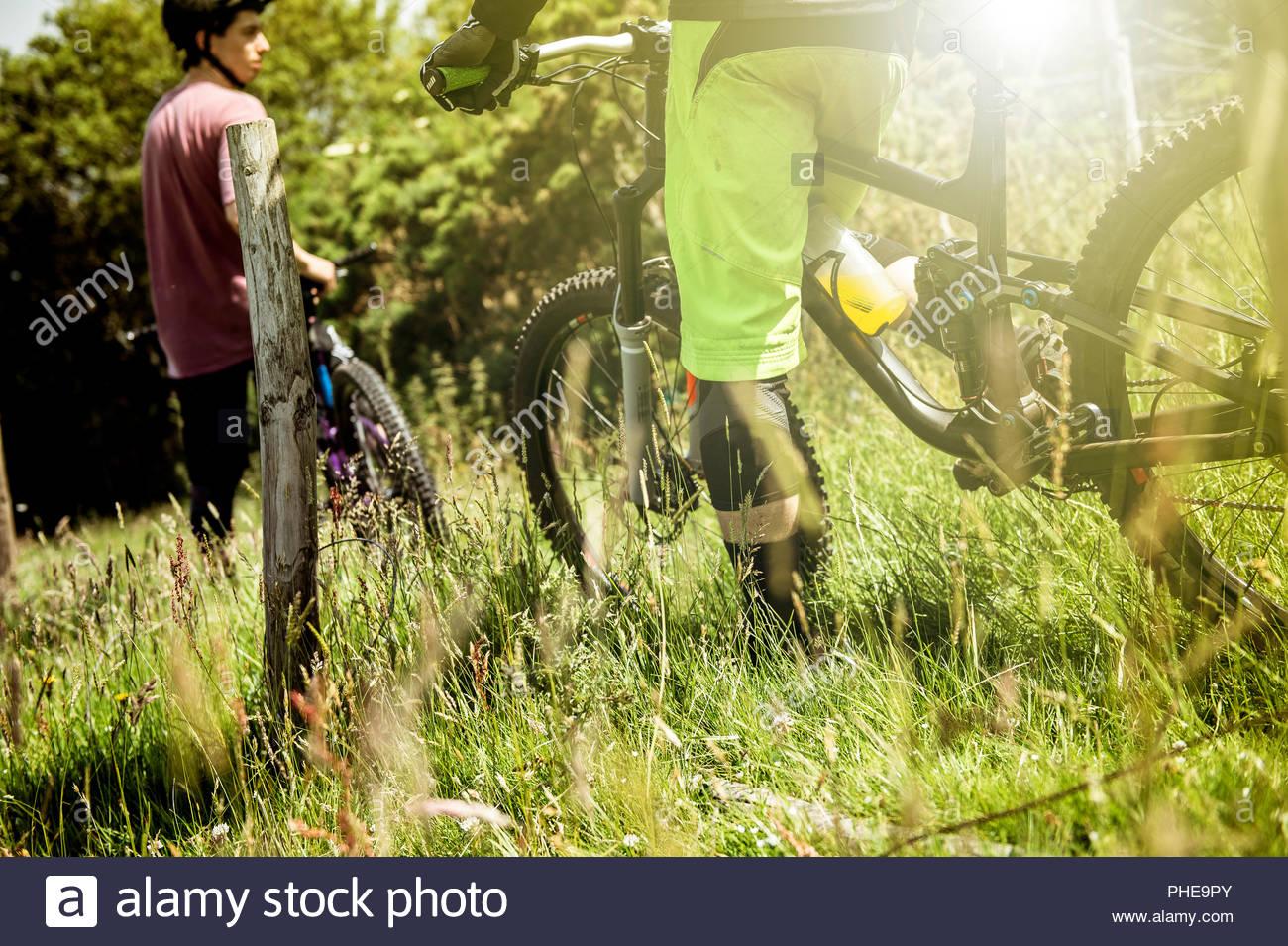 Los hombres en bicicletas de montaña en Porlock Weir, Inglaterra Imagen De Stock